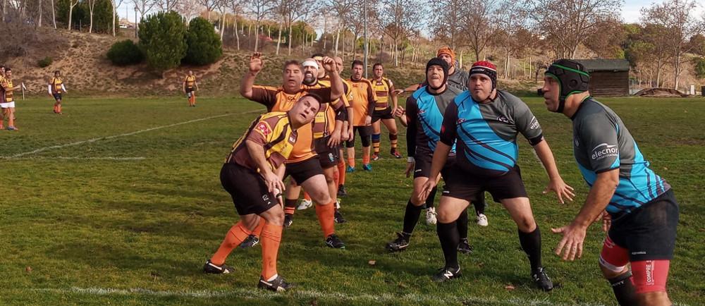Lanzamiento de touch durante el partido de veteranos entre Rugby Fuencarral y Getafe